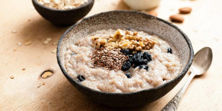 Schale mit Porridge und Früchten.