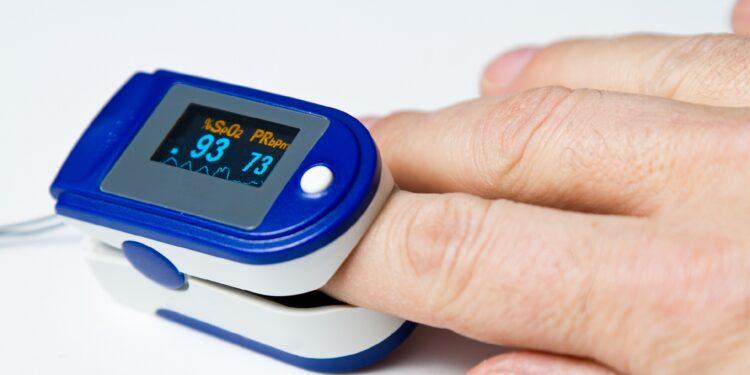 Pulsoximeter am Zeigefinger angebracht.