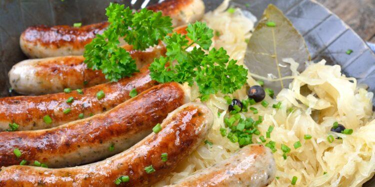 Rostbratwürste auf Sauerkraut