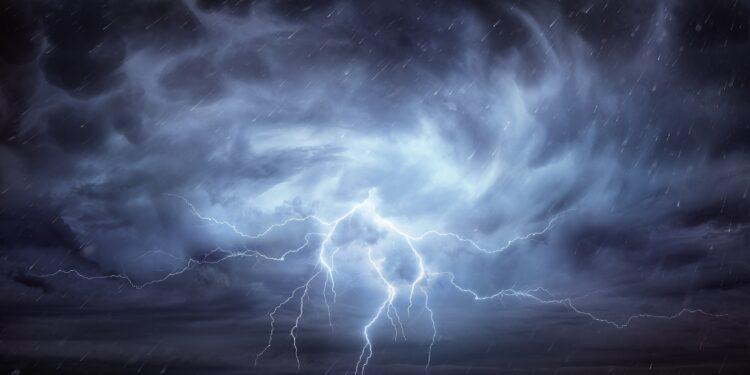 Eine Gewitterwolke, aus der ein Blitz entspringt.