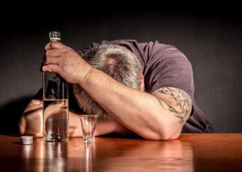Starker Konsum von Alkohol ist mit verschiedenen ernsthaften gesundheitlichen Problemen verbunden. Gehören Nierenschmerzen, Nierensteine und Niereninfektionen auch dazu? (Bild: Rainer Fuhrmann/stock.adobe.com)