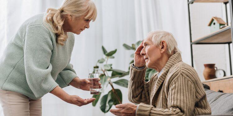 Mann mit Alzheimer wird im Heim gepflegt.
