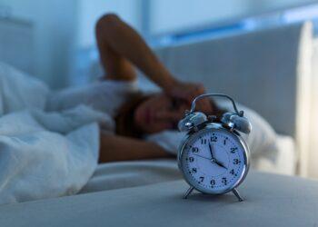 Wie wirkt sich die Bedrohung durch COVID-19 auf den Schlaf und die Psyche von Menschen aus? (Bild: Graphicroyalty/stock.adobe.com)