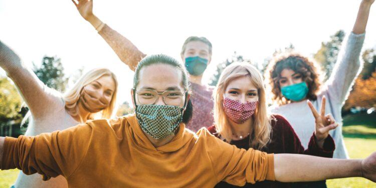 Junge Menschen mit Gesichtsmasken.