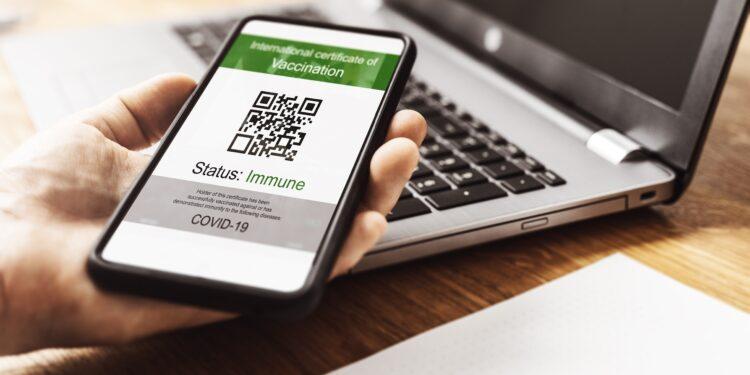 Smartphone mit Impfnachweis