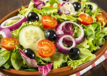 Eine gesunde Ernährung mit vielen pflanzlichen Nahrungsmitteln hilft dabei die eigene Gesundheit und zusätzlich die Umwelt zu schützen. (Bild: Sergio Martínez/stock.adobe.com)