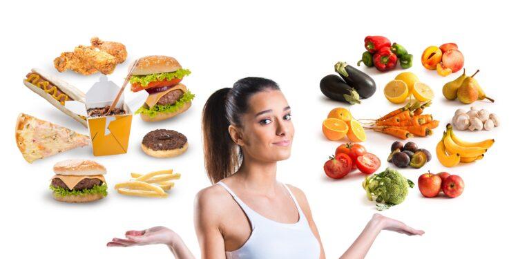 Frau schweben ungesunde und gesunde Lebensmittel um den Kopf.