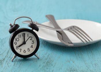Wie effektiv ist Fasten zu Gewichtsabnahme, verglichen mit traditionellen Diäten? (Bild: thanksforbuying/stock.adobe.com)