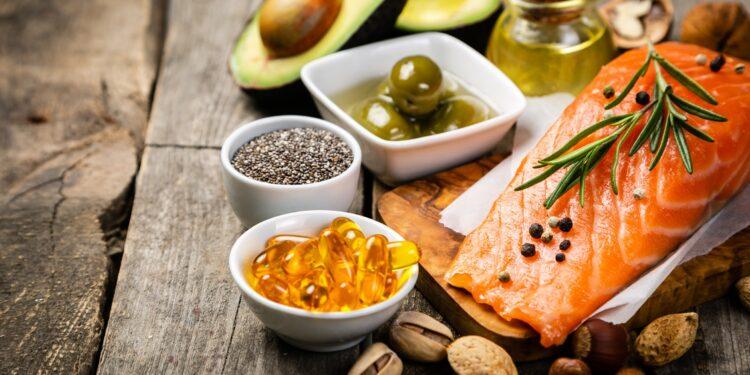 Eine Auswahl an Lebensmitteln, die reich an Omega-3 sind.