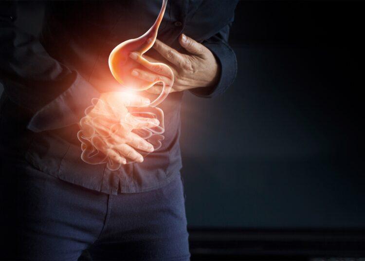 Eine Person hält beide Hände vor den Bauch.