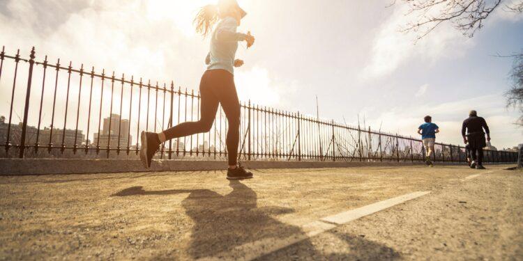Junge Frau beim morgendlichen Joggen auf der Straße