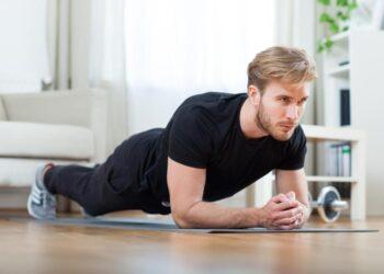 Ein Mann führt eine Rückenübung durch.