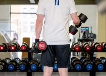 Vielerorts ist wieder Training im Fitnessstudio möglich. Ein Sportwissenschaftler gibt Tipps für den Wiedereinstieg. (Foto: Oliver Dietze/dpa/dpa-tmn)
