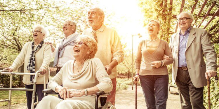 Eine Gruppe älterer Menschen beim Spaziergang.
