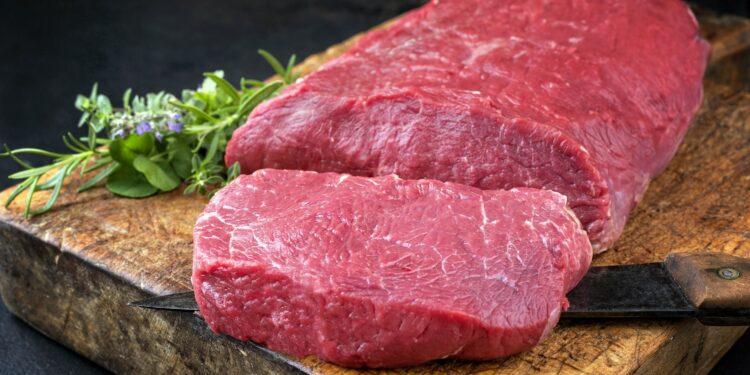 Fleisch auf einem Schnittbrett.