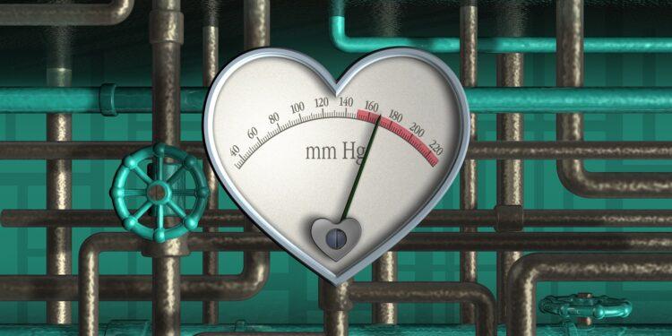 Herz aus Metall mit Skala zur Anzeige des Blutdrucks.