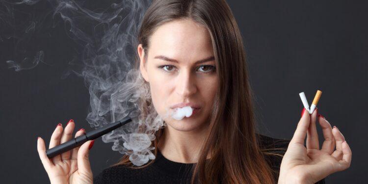 Eine junge Frau raucht eine E-Zigarette.