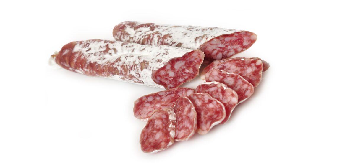 Spanische Salami vor weißem Hintergrund.