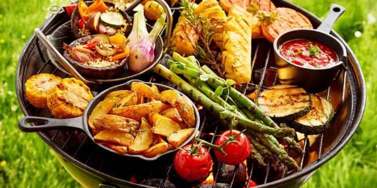 Auswahl an frischem Gemüse auf einem Grill