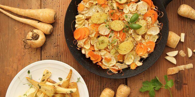 Pfanne und Teller mit Pastinaken Gemüsemischung