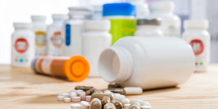 Tabletten auf einem Holztisch