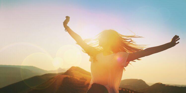 Frau genißt die Sonne.