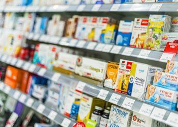 Eine Regal mit Vitamintabletten in einem Supermarkt.