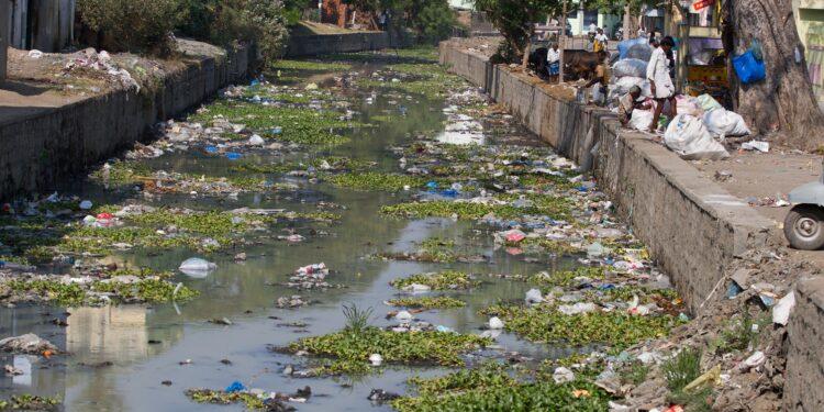 Verschmutzter Fluss in Stadt.