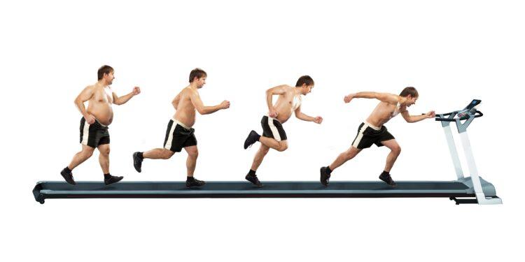 Männer mit verschiedenem Gewicht laufen auf einem Laufband.