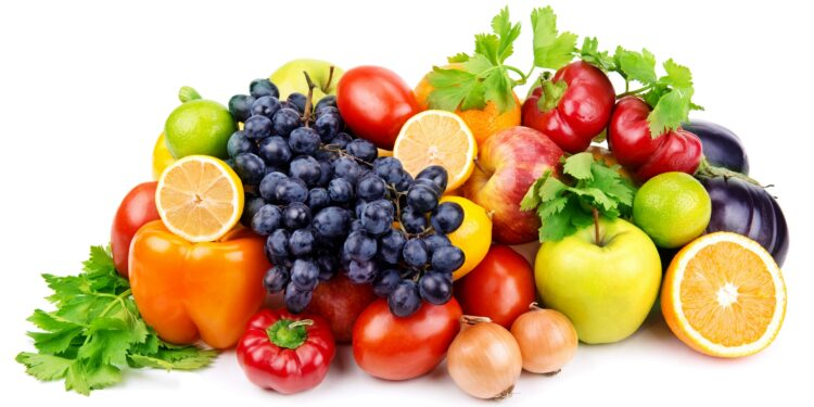 Bunte Mischung verschiedener Obstsorten und Gemüsesorten vor weißem Hintergrund