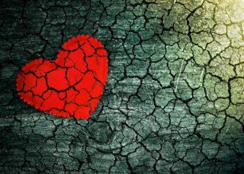 Grafische Darstellung einer brüchigen Oberfläche, auf der ein Herz aufgemalt ist.