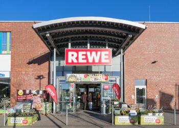 Eingangsbereich einer REWE-Filiale in Kaltenkirchen.