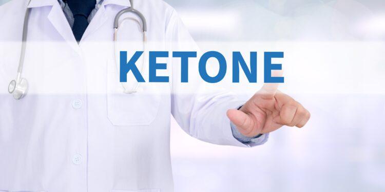 """Der Schriftzug """"Ketone"""" ist vor einer Person im weißen Arztkittel eingeblendet."""