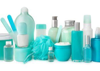 Verschiedene Kosmetikartikel vor weißem Hintergrund.