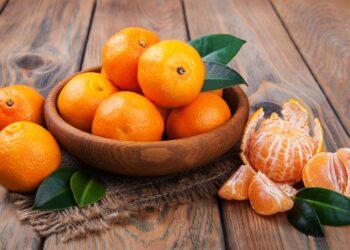 Frische Mandarinen in einer Holzschale auf einem Tisch